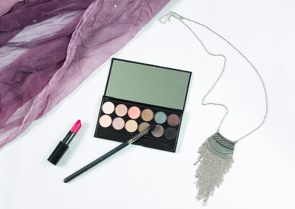 Cómo limpiar las manchas de maquillaje y bronceador en la ropa