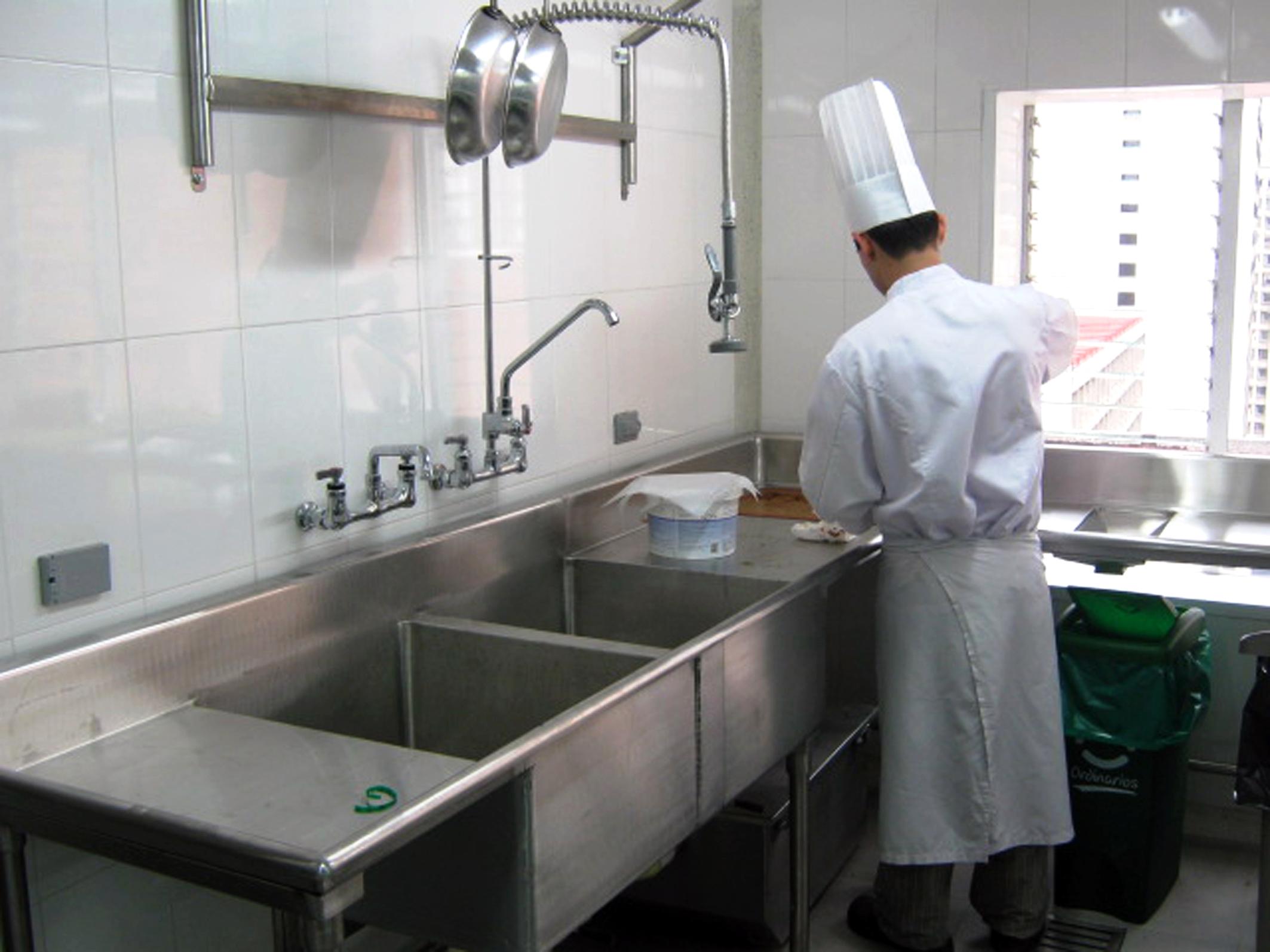 La limpieza en superficies y utensilios de acero for Utensilios cocina acero inoxidable