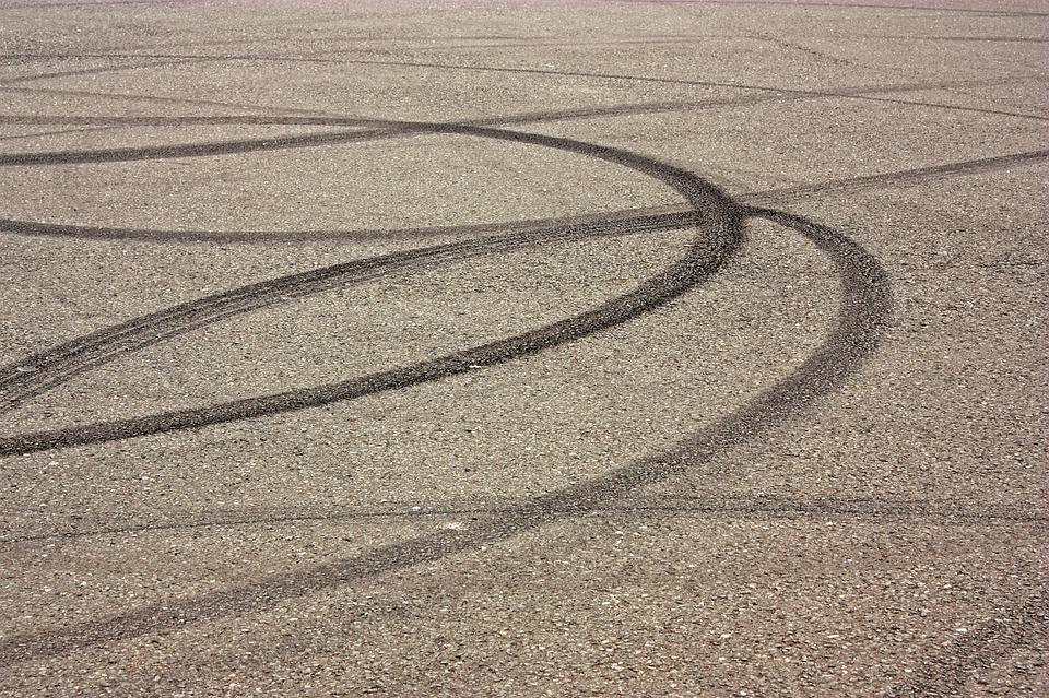 ¿Cómo elimino las manchas de neumático o goma del suelo? 1