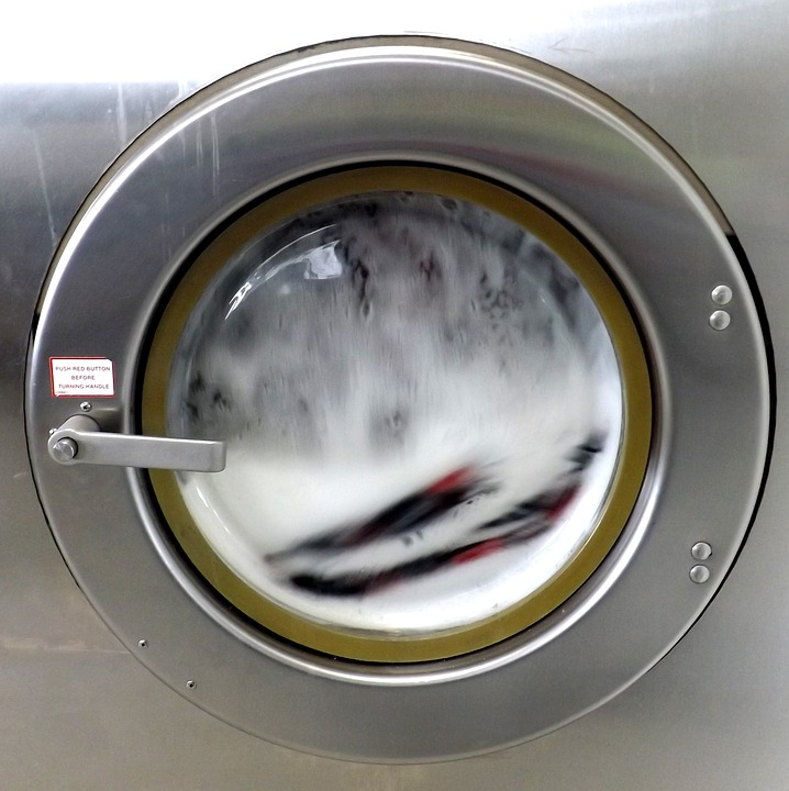Por qué algunas manchas en prendas se limpian con agua fría