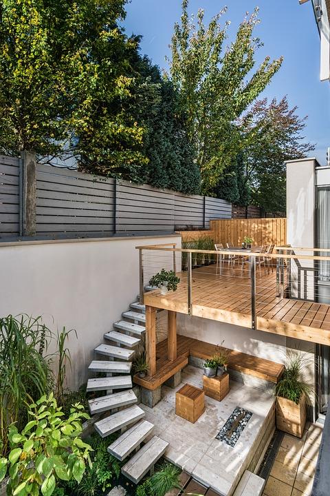 Cómo mantener en buen estado este verano el suelo de tarima de madera de una terraza