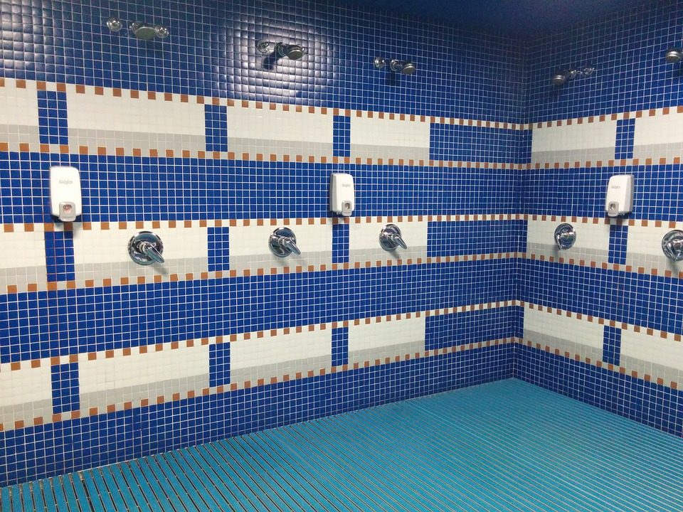 Los productos que no pueden faltar para limpiar los vestuarios de las piscinas públicas