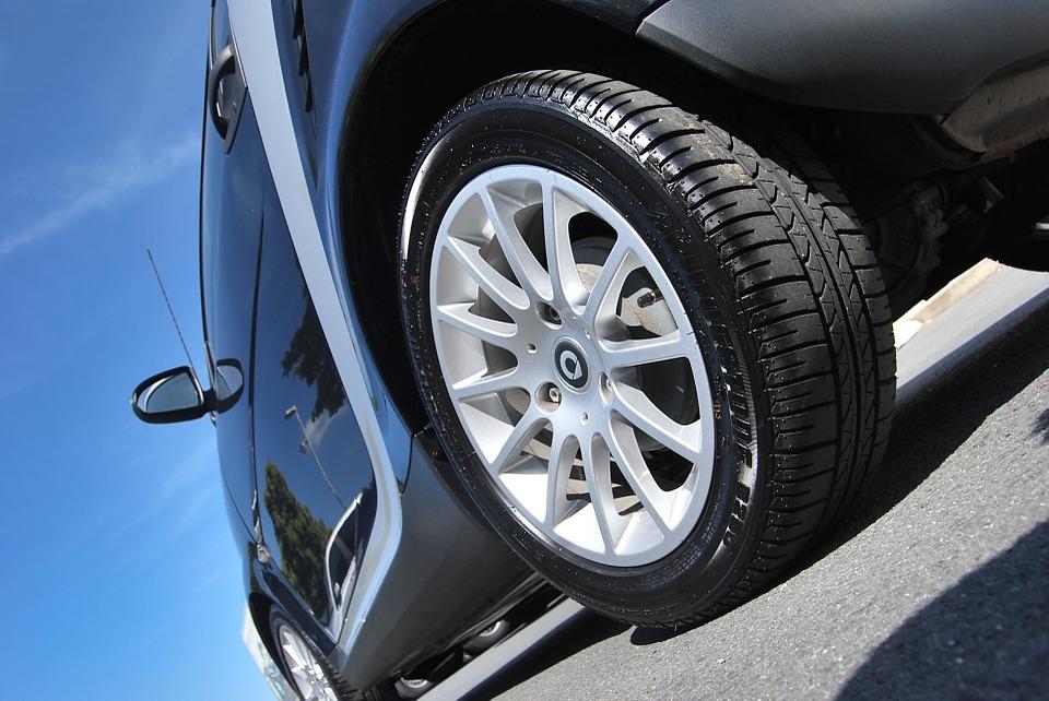 ¿Estás cuidando los neumáticos de tu coche en verano?
