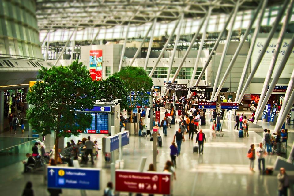 La higiene de las bandejas de seguridad de los aeropuertos también es noticia.