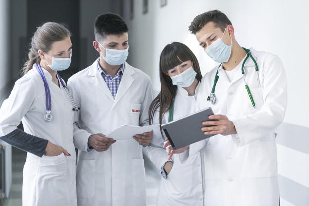 ¿Cómo limpiar y blanquear las batas de los sanitarios?
