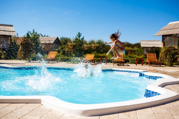 ¿Cada cuánto debería cambiar el agua de la piscina?